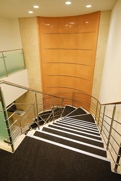 オフィス移転プロジェクト事例 /エナックス株式会社 / 1階と2階をつなぐらせん階段
