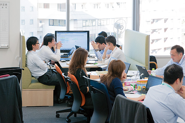 オフィス移転プロジェクト事例 / 東京コカ・コーラボトリング株式会社 窓際にはファミリーレストランのブースのようなスペースを多数設置
