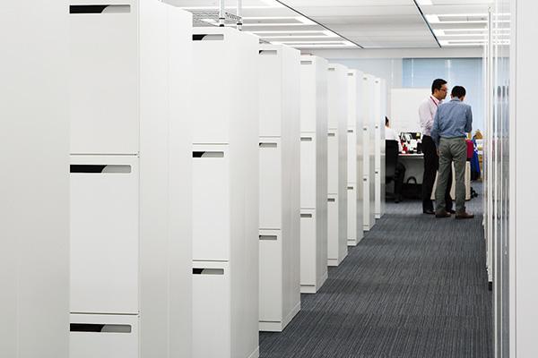 オフィス移転プロジェクト事例 / 東京コカ・コーラボトリング株式会社 一日が終了すると各自の書類を個人ロッカーにしまい、テーブルの上には何もない状態にして帰宅する