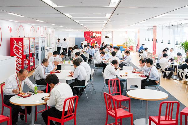 オフィス移転プロジェクト事例 / 東京コカ・コーラボトリング株式会社 食堂の代わりに設けたリフレッシュメントスペース(通称「コークステーション」)